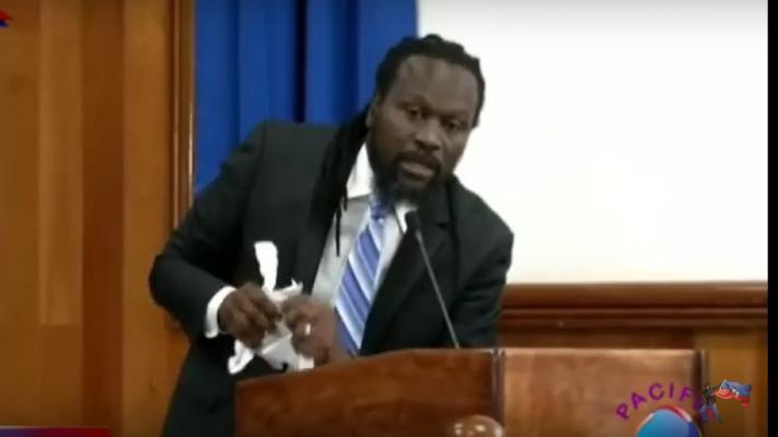Senator Antonio Cheramy verscheurt het rapport van de Commissie Financiën in de Haïtiaanse Senaat