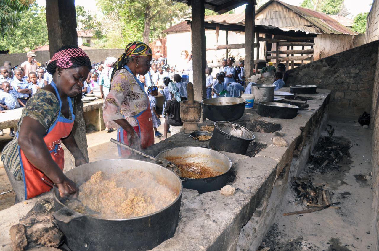 Zwaar werk in de keuken, een dagelijkse portie voeding voor velen