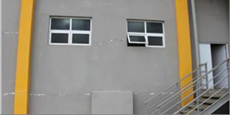 Barsten in de muren van de campus