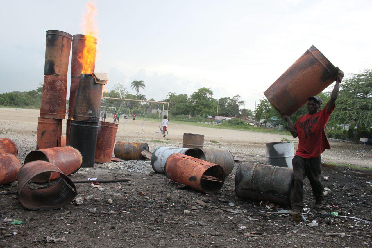 Olievaten worden verbrand om er verf en andere toxische producten af te halen