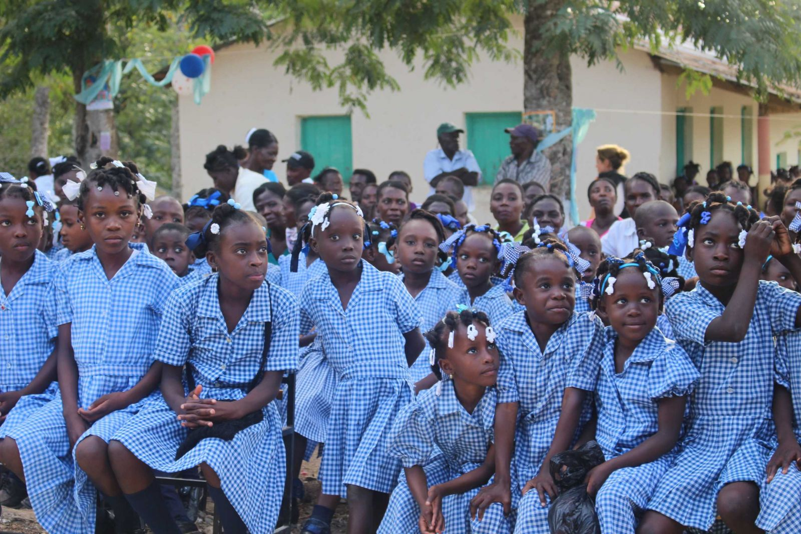 Leerlingen voor hun school in Monbin-Crochu
