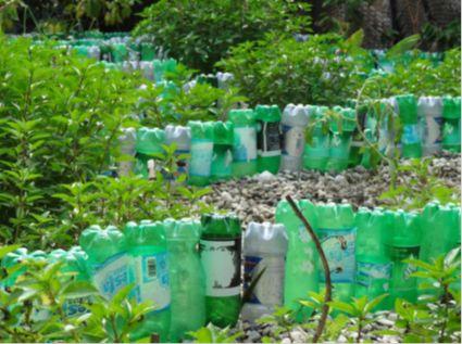 afvalverwerking: Gerecycleerde plastiek flessen om perceeltjes af te boorden in het park
