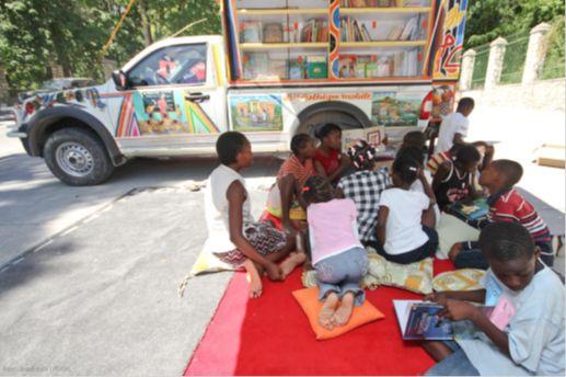 mobiele bibliotheek in Tap Tap die verschillende wijken aandoet