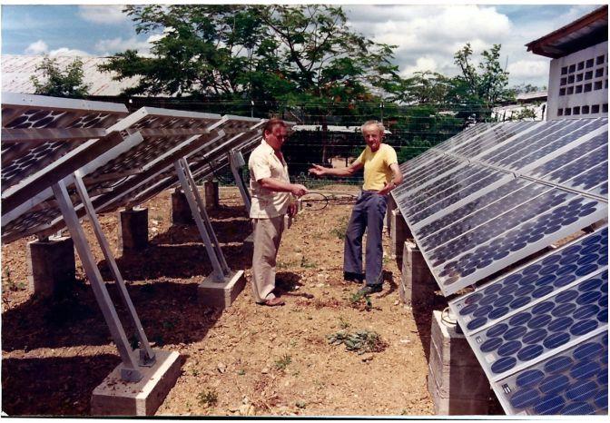 Piet Van Kampen en Marcel Marchal bij het zonnepanelenproject
