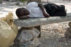 Haitiaans verkopertje wacht op touristen. Lago Enriquillo - DR.